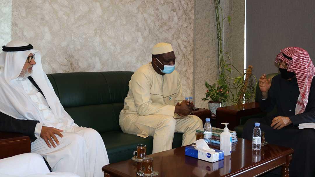 الأمين العام لمجمع الفقه الإسلامي الدولي يزور المركز